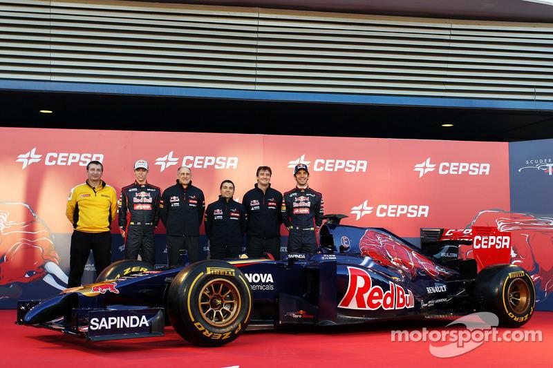(L to R): Rob White, Renault Sport Deputy Managing Director, with Daniil Kvyat, Scuderia Toro Rosso;