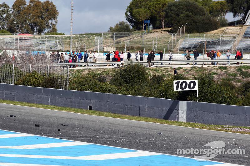 Lewis Hamilton'ın kazasından çıkan parçalar ana düzlükte, Mercedes AMG F1 W05