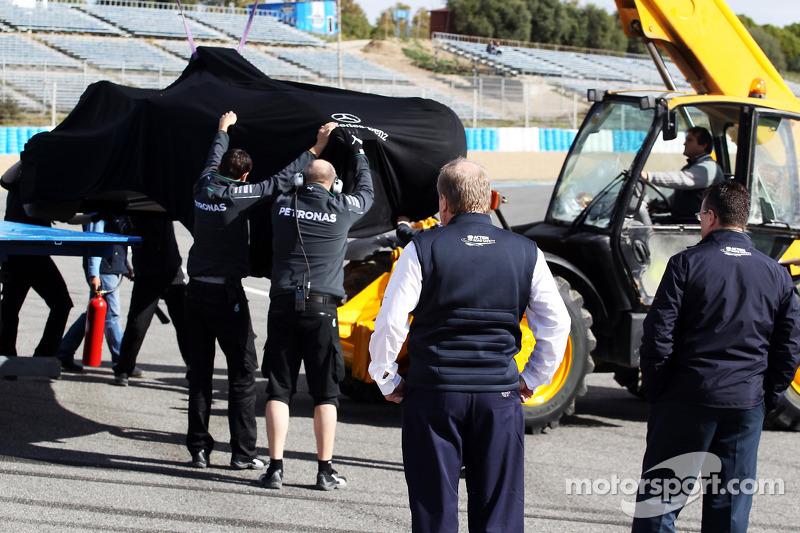 FIA delegeleri Lewis Hamilton'ın kazasından sonra ilk virajı kontrol ediyor