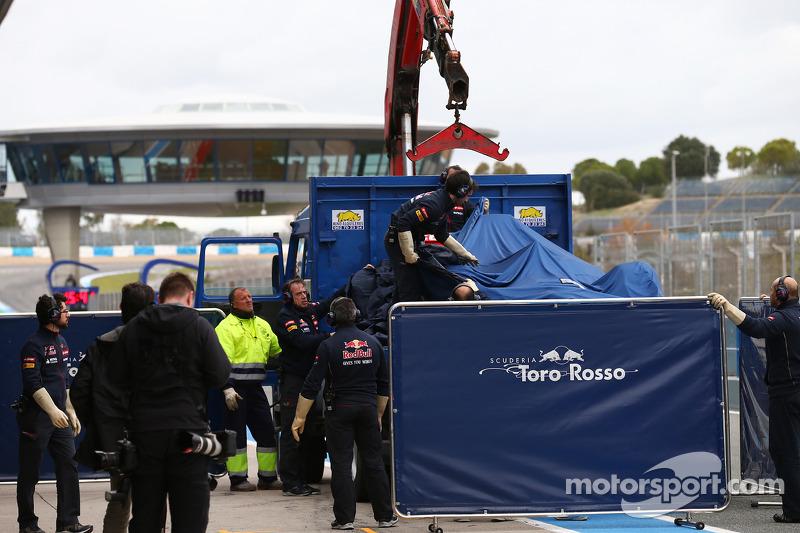 La Scuderia Toro Rosso STR9 di Jean-Eric Vergne, Scuderia Toro Rosso viene portata di nuovo ai box s