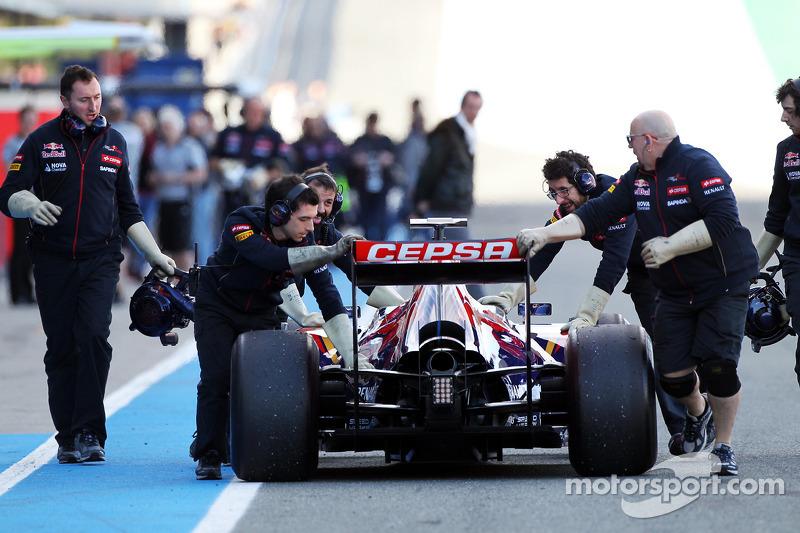 La Scuderia Toro Rosso STR9 di Jean-Eric Vergne, Scuderia Toro Rosso viene portata di nuovo ai box d