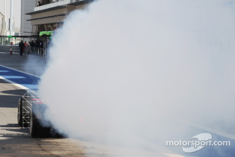 Fernando Alonso, Ferrari F14-T running sensor equipment and with smoke pouring from the car
