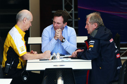 (Soldan Sağa): Jean-Michel Jalinier, Renault F1 Sport Başkanı ve Genel Müdürü ve Christian Horner, Red Bull Racing Takım Patronu ve Dr Helmut Marko, Red Bull Motorsporları Danışmanı