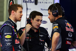 (Da sinistra a destra): Sebastian Vettel, Red Bull Racing con Tim Malyon, Red Bull Racing Performance Engineer e Guillaume Rocquelin, Red Bull Racing Ingegnere di pista