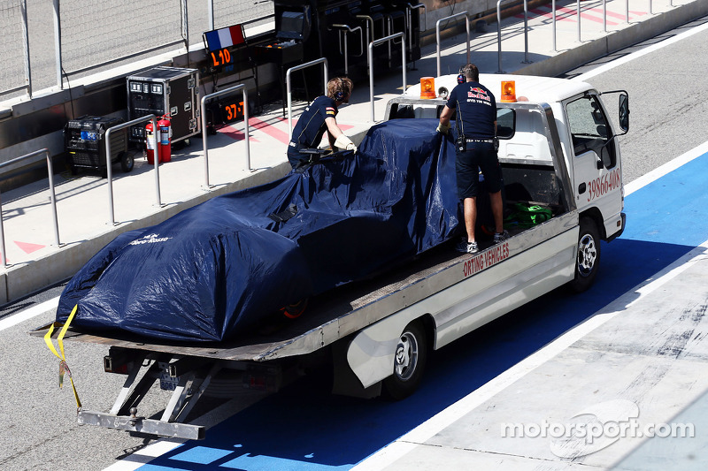 La Mercedes AMG F1 W05 di Jean-Eric Vergne, Scuderia Toro Rosso viene portata di nuovo ai box sul retro di un camion