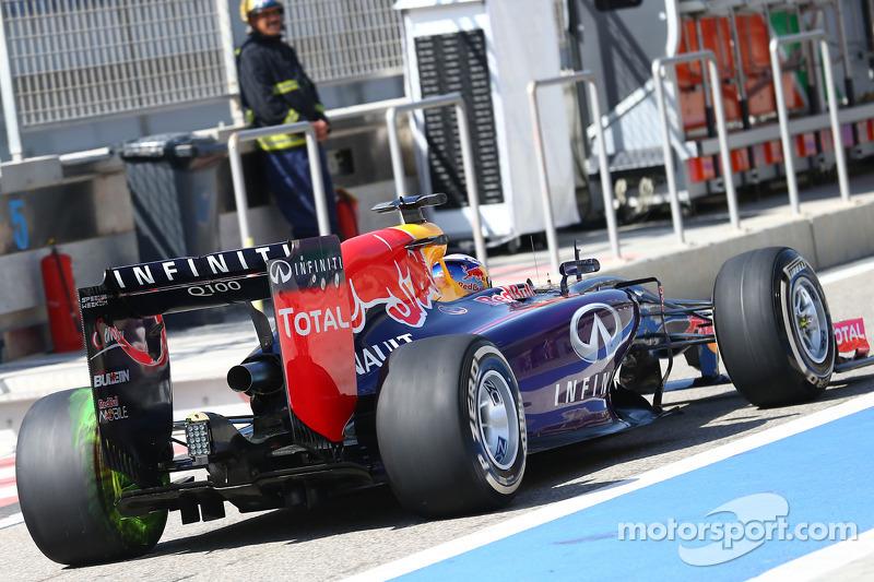 Daniel Ricciardo, Red Bull Racing RB10 akışı gösteren boya arka kanatta