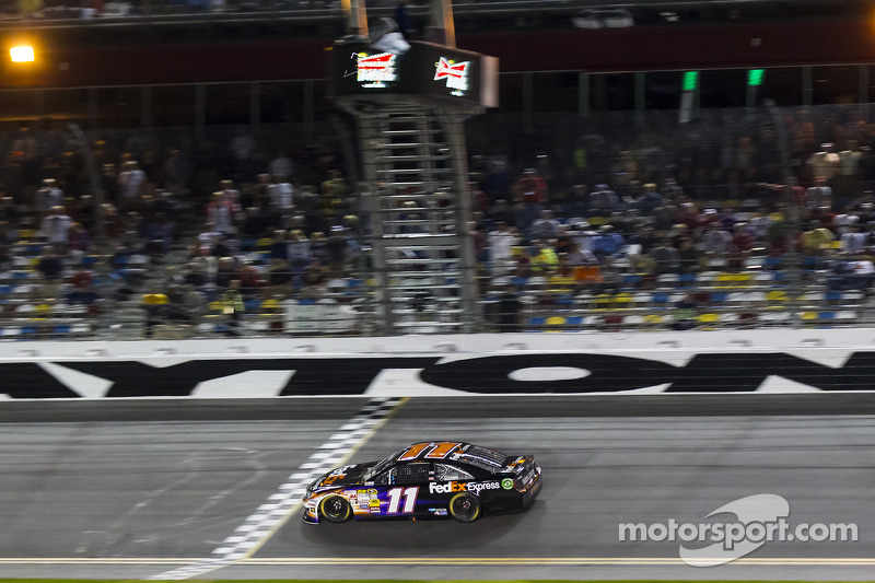 Denny Hamlin, Joe Gibbs Racing Toyota galibiyete ulaşıyor