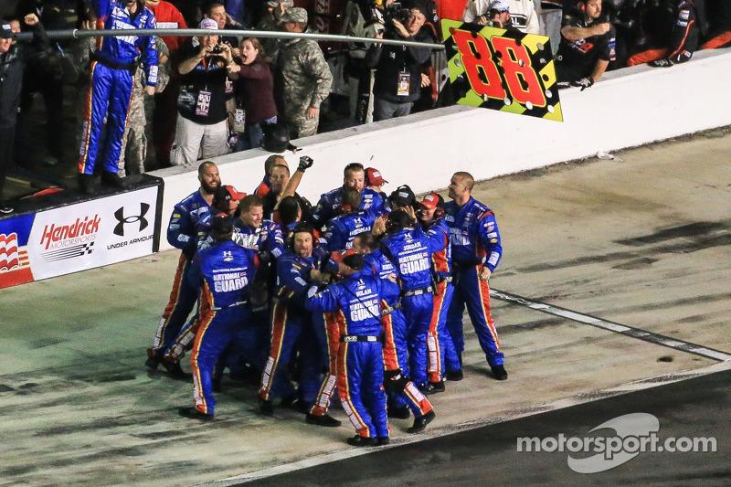 Dale Earnhardt Jr., Hendrick Motorsports team kutlama yapıyor