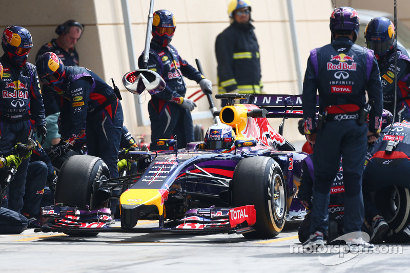 Daniel Ricciardo, Red Bull Racing RB10 practices a pit stop