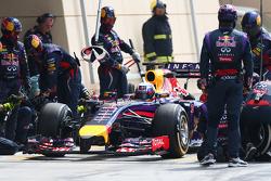 Daniel Ricciardo, Red Bull Racing RB10 pitstop antrenmanı yapıyor