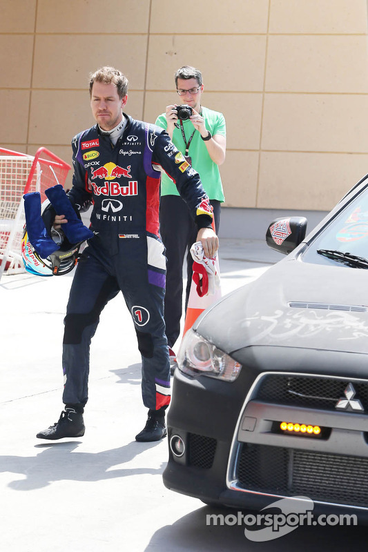 Sebastian Vettel, Red Bull Racing stops on track volta aos boxes