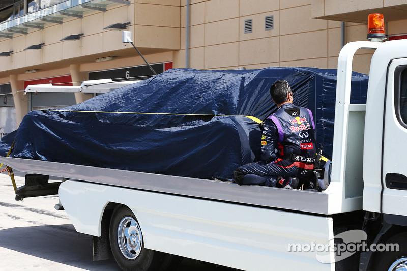 La Red Bull Racing RB10 di Sebastian Vettel, Red Bull Racing viene portata di nuovo ai box sul retro