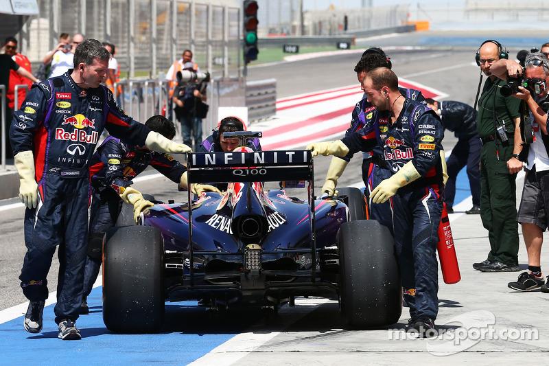La Red Bull Racing RB10 di Sebastian Vettel, Red Bull Racing viene portata di nuovo ai box dai meccanici