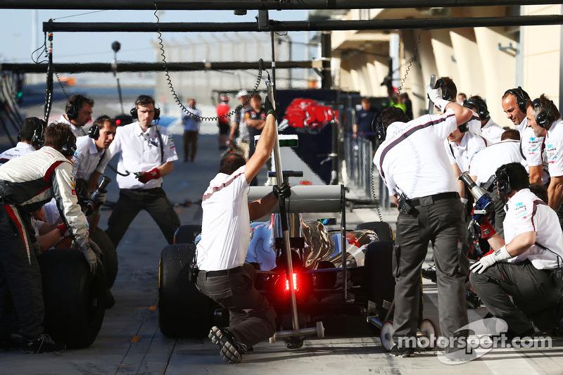 Esteban Gutierrez, Sauber C33 practices a pit stop