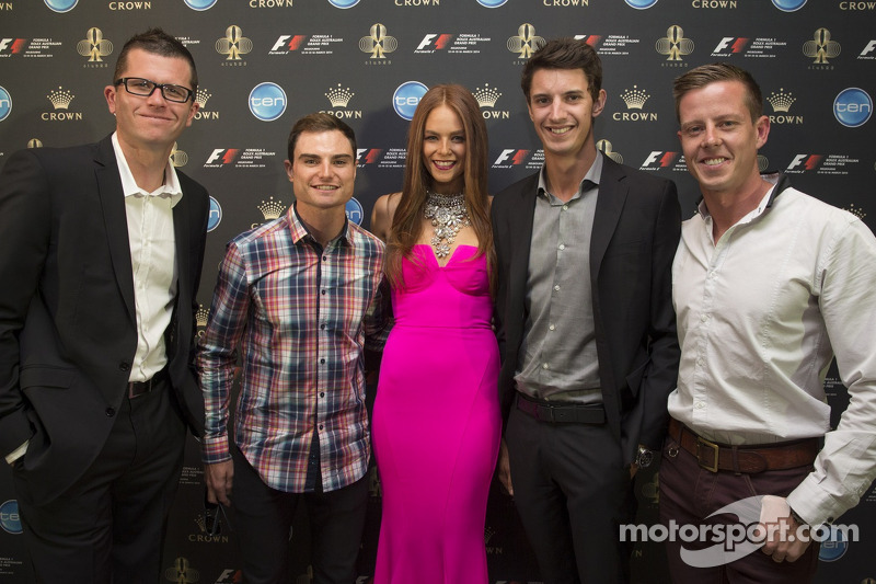 Garth Tander, Tim Slade, Nick Percat ve James Courtney ve Formula Bir Rolex Avustralya Grand Prix Ambassador Georgia Geminder