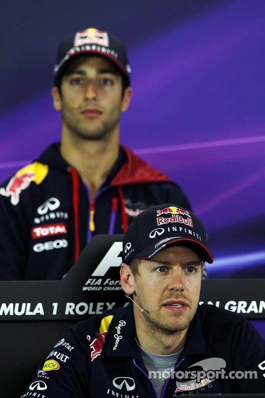 Sebastian Vettel, Red Bull Racing e companheiro Daniel Ricciardo, Red Bull Racing na conferência de imprensa