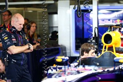 Adrian Newey, Red Bull Racing Baş Teknik Sorumlusu Red Bull Racing RB10'a bakıyor