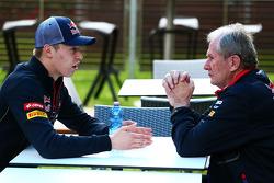(Da sinistra a destra): Daniil Kvyat, Scuderia Toro Rosso con Dr Helmut Marko, Consulente Red Bull Motorsport