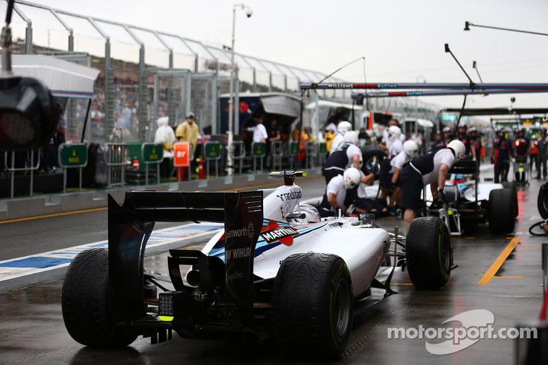 Valtteri Bottas, Williams FW36 aspetta di fare il suo pit stop dopo Felipe Massa, Williams