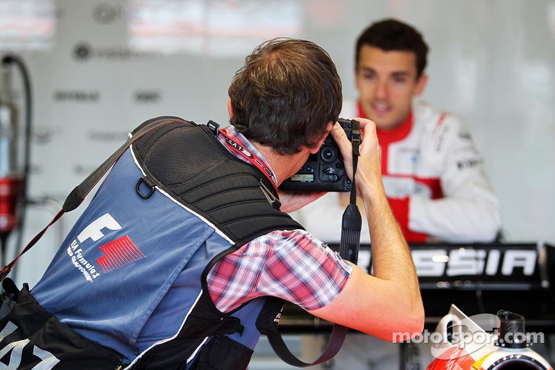 玛鲁西亚F1车队的朱尔斯·比安奇被XPB图片社摄影师罗素·巴彻勒拍照