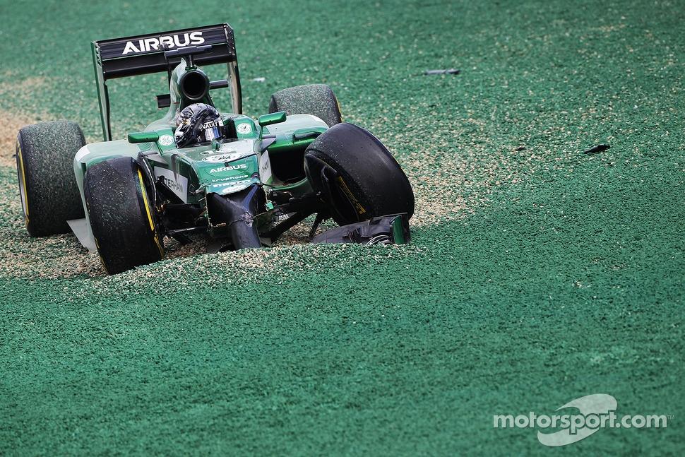 Kamui Kobayashi, Caterham CT05 crashed out at the start of the race