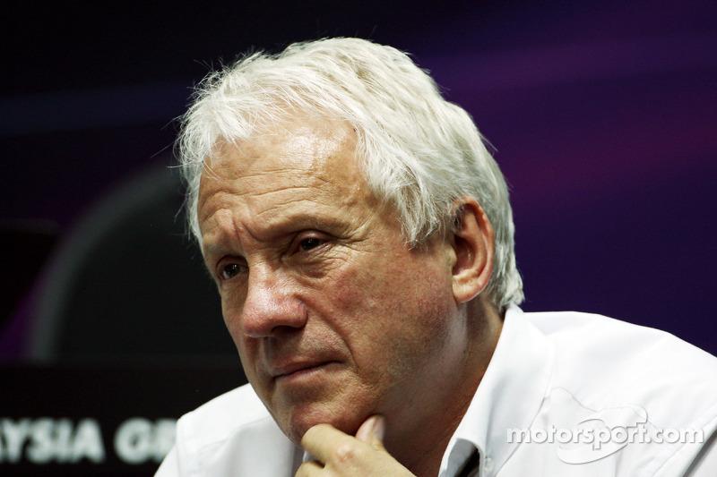 Charlie Whiting, FIA Delegesi yakıt sensörleri hakkında briefing veriyor