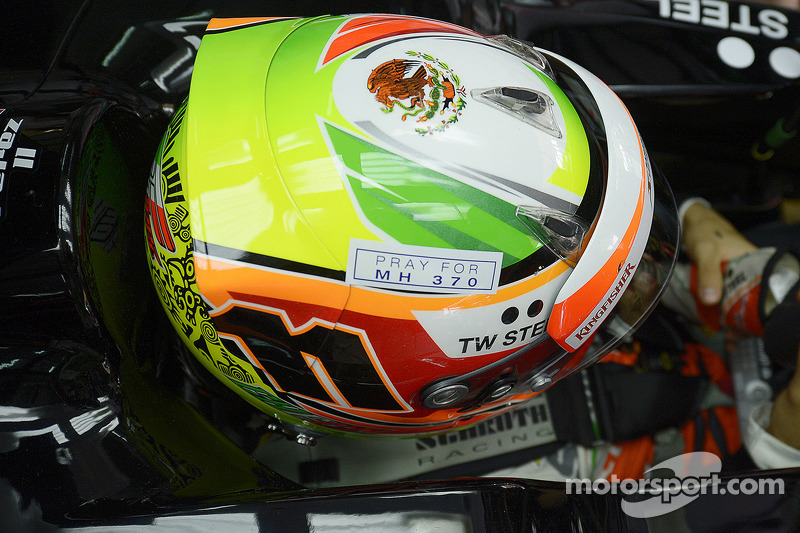 Sergio Perez, Sahara Force India F1 VJM07, con un tributo al volo MH370 sul suo casco