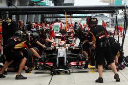 Pastor Maldonado, Lotus F1 E21 pratica un pit stop