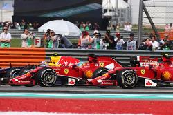 Rennstart: Daniel Ricciardo, Red Bull Racing RB10; Fernando Alonso, Ferrari F14-T; Kimi Räikkönen, Ferrari F14-T