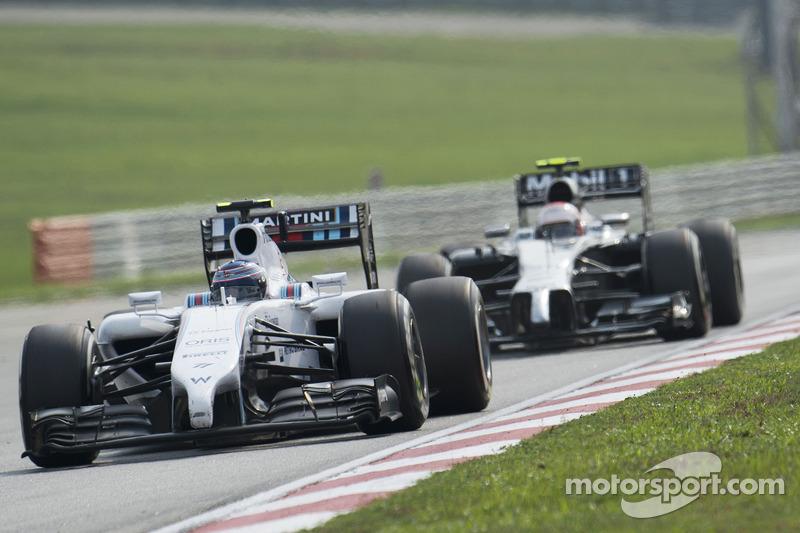 Valtteri Bottas, Williams FW36 davanti a Kevin Magnussen, McLaren MP4-29