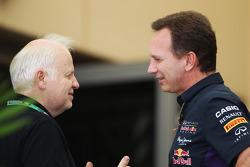 (Esquerda para direita): Norbert Vettel com Christian Horner, chefe de equipe da Red Bull