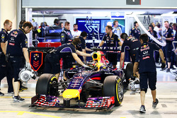 Sebastian Vettel, Red Bull Racing RB10 es regresado a pits