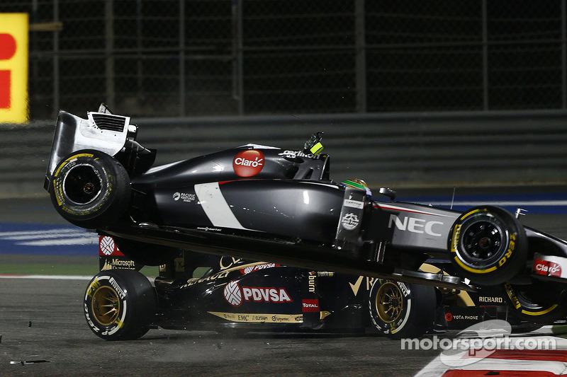 Esteban Gutierrez, Sauber C33 crashes with Pastor Maldonado, Lotus F1 E21