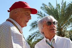 (Esquerda para direita): Niki Lauda, presidente não-executivo da Mercedes, com Bernie Ecclestone (GBR)