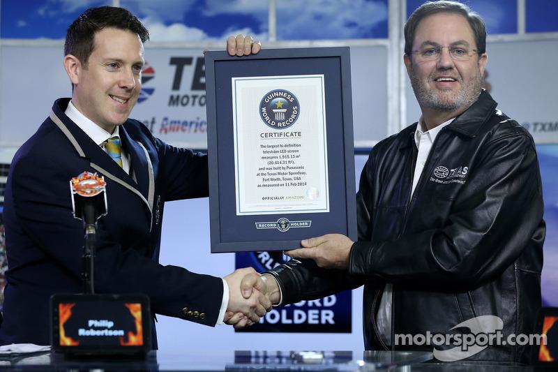 Il presidente del Texas Motor Speedway Eddie Gossage con un certificato del Guinness World Records p