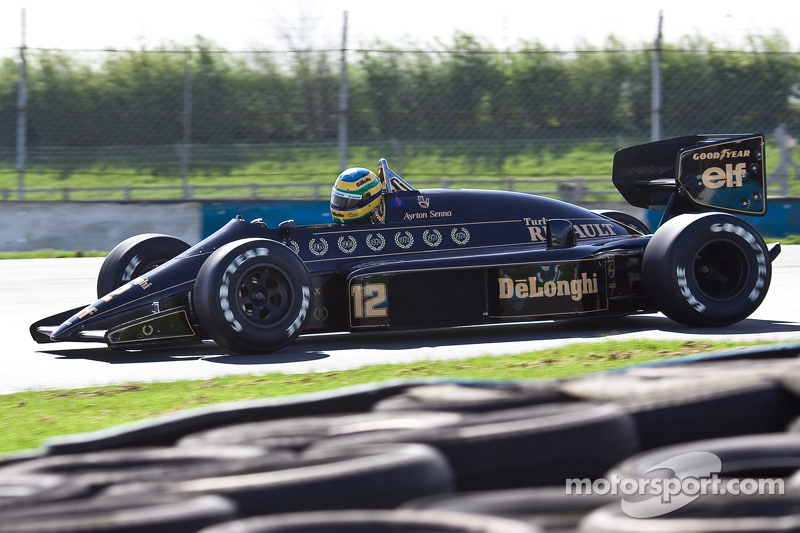 Bruno Senna mengemudikan Lotus 98T Ayrton Senna