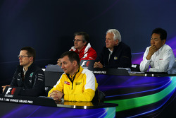 La Conferencia de prensa de la FIA, Subdirector técnico de Ferrari y cabeza de la carrera de ingeniería; Charlie Whiting, delegado de la FIA; Yasuhisa Arai, Director de Motorsport de Honda; Andy Cowell, Mercedes-Benz High Performance propulsores Managing D