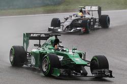 Kamui Kobayashi, Caterham CT05 leads Esteban Gutierrez, Sauber C33