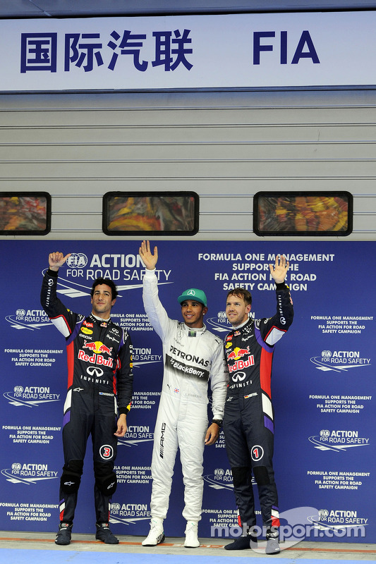 Classificação top 3 no parc ferme, Red Bull Racing, segundo; Lewis Hamilton, Mercedes AMG F1, pole position; Sebastian Vettel, Red Bull Racing, terceiro