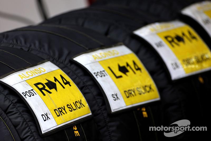 Pirelli-Reifen in Heizdecken für Fernando Alonso, Ferrari