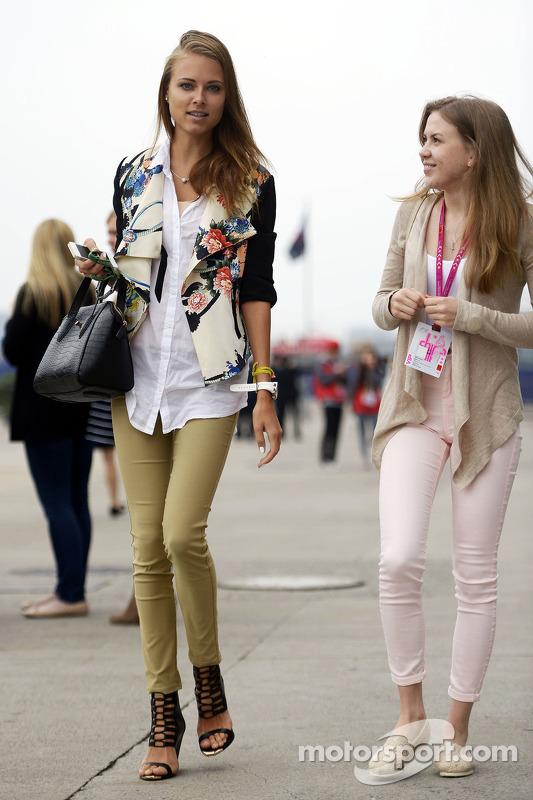 Dasha Kapustina, petite amie de Fernando Alonso, Ferrari (Left).