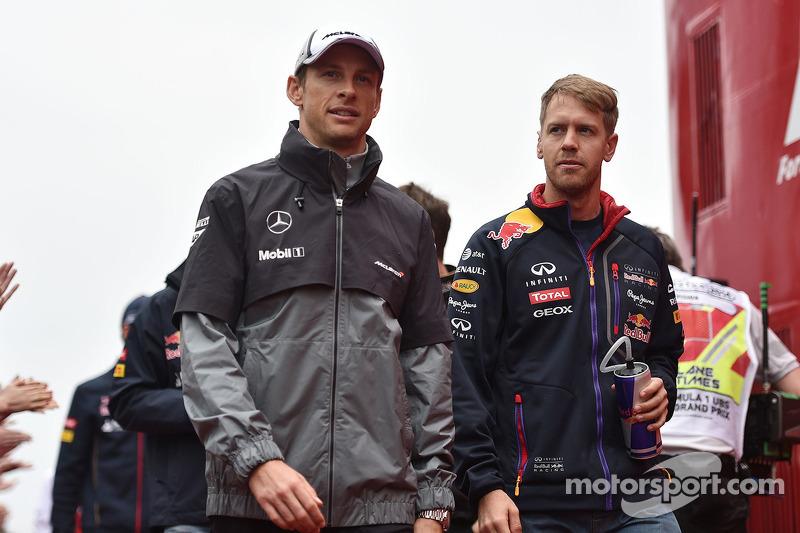 Jenson Button, McLaren e Sebastian Vettel, Red Bull Racing salla parata dei piloti