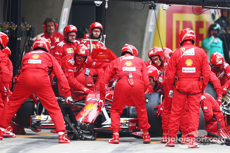 Fernando Alonso, Ferrari F14-T makes a pit stop