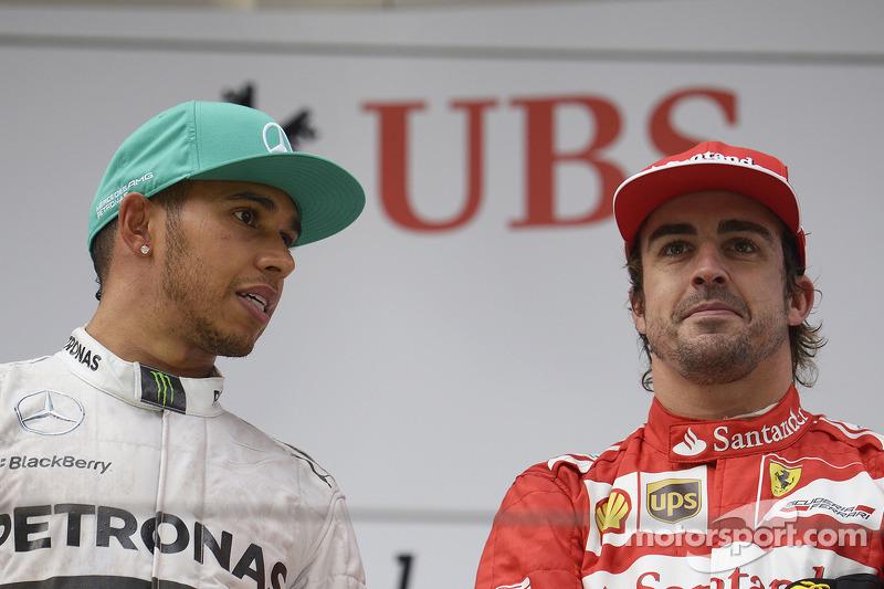 Il vincitore Lewis Hamilton, Mercedes AMG F1 con Fernando Alonso, Ferrari