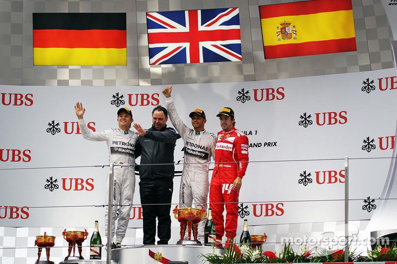 Il podio Nico Rosberg, Mercedes AMG F1, secondo; Ron Meadows, Mercedes GP Team Manager; Lewis Hamilton, Mercedes AMG F1, vincitore della gara; Fernando Alonso, Ferrari, terzo