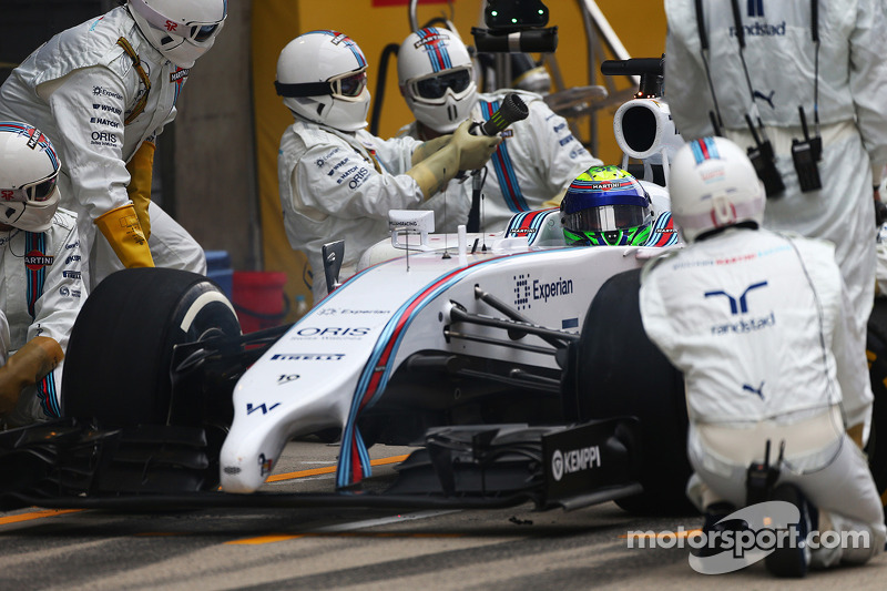 Felipe Massa, Williams FW36 pitstop esnasında sorun yaşıyor