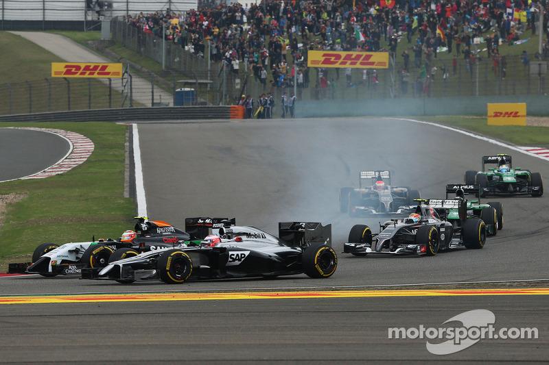 Jenson Button, McLaren MP4-29 e Sergio Perez, Sahara Force India F1 VJM07 alla partenza della gara