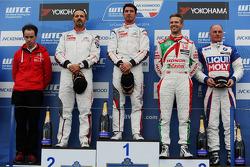 Yarış galibi Jose Maria Lopez, Citroën C-Elysee WTCC, Citroën Total WTCC ve ikinci sıra Yvan Muller, Citroën C-Elysee WTCC, Citroën Total WTCC ve üçüncü sıra Tiago Monteiro, Honda Civic WTCC, Castrol Honda WTCC Takımı ve 1. sıra Yokohama Trophy Fra