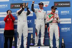 比赛获胜者 Jose Maria Lopez, 雪铁龙C-Elysee WTCC赛车,雪铁龙-道达尔WTCC车队,和第二名 Yvan Muller, 雪铁龙C-Elysee WTCC赛车,雪铁龙-道达尔WTCC车队,和第三名 Tiago Monteiro, 本田思域 WTCC, 嘉实多-本田WTCC车队,以及第一名横滨奖杯Fra