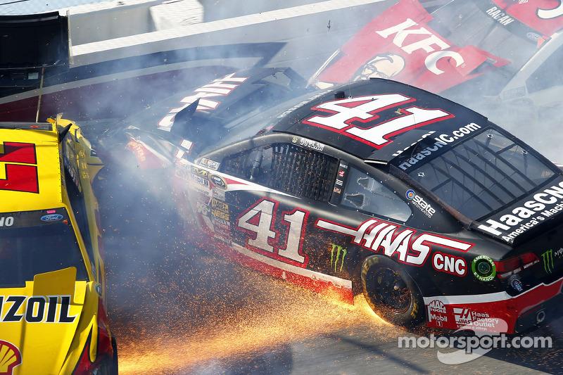 Kaza yapan: Joey Logano, Penske Ford Takımı, Kurt Busch, Stewart-Haas Racing Chevrolet, David Ragan, Front Row Motorsports Ford